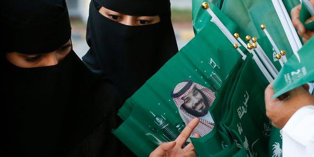 Arkivbild, 2019. Saudiska kvinnor köper flaggor med bilder av kronprins Mohammed bin Salman. Amr Nabil / TT NYHETSBYRÅN