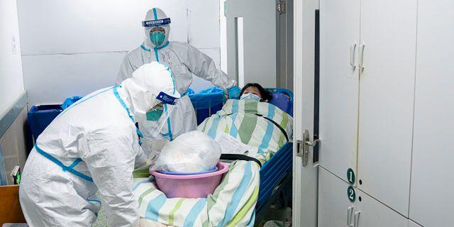 Kinesiska statsmedier har släppt bilderna på sjukvårdare som flyttar en patient från intensiven på ett sjukhus i Wuhan i samband med virusutbrottet. Xiong Qi / TT NYHETSBYRÅN