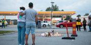 Blomor och ljus på platsen där en tolvårig flicka skjöts till döds i Botkyrka. Ali Lorestani/TT / TT NYHETSBYRÅN