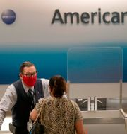 Arkivbild. En resenär vid American Airlines disk på Miami International Airport.  Lynne Sladky / TT NYHETSBYRÅN