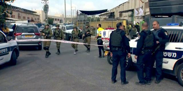 Israelisk polis och militär utanför fabriken där två israeler sköts till döds på söndagen.  Reuters TV / TT NYHETSBYRÅN