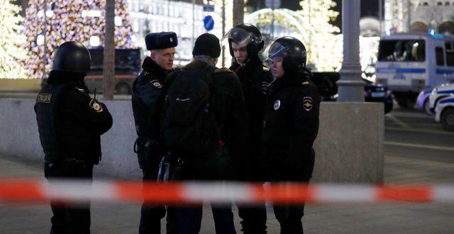 Avspärrningar vid brottsplatsen i centrala Moskva. EVGENIA NOVOZHENINA / TT NYHETSBYRÅN