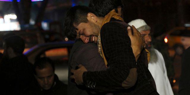 En man som förlorat en släkting i ett självmordsdåd gråter utanför sjukhuset i Kabul. Självmordsbombaren sprängde sig framför en vallokal i en skola. Rahmat Gul / TT NYHETSBYRÅN