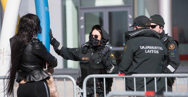 Finska gränspolisen kontrollerar personer på väg till Haparanda efter att de varit och handlat finska Torneå Pär Bäckström/TT / TT NYHETSBYRÅN