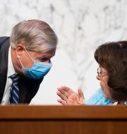 Lindsey Graham i samtal med demokratiska senatorn Dianne Feinstein. Michael Reynolds / TT NYHETSBYRÅN