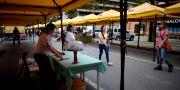 Människor går förbi tomma stånd på en marknad i Caracas, Venezuela. Ariana Cubillos / TT / NTB Scanpix