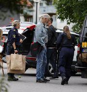 Poliser undersöker platsen där en man hittades utomhus med skottskador i Kärrtorp i södra Stockholm under natten mot fredag. Stefan Jerrevång/TT / TT NYHETSBYRÅN