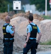 Två danska poliser på plats efter dubbelmordet i Herlev utanför Köpenhamn. Johan Nilsson/TT / TT NYHETSBYRÅN