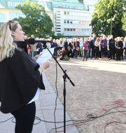 Författaren och journalisten Lisa Bjurwald under en manifestation mot rasism utanför domkyrkan i Göteborg. Fredrik Sandberg/TT / TT NYHETSBYRÅN