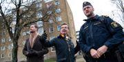 Moderaternas partiledare Ulf Kristersson och partiets rättspolitiske talesperson Johan Forssell guidas runt av polisinspektör Victor Eriksson under ett besök i Malmö. Johan Nilsson/TT / TT NYHETSBYRÅN