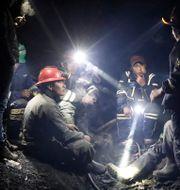 Guldgrävare samtalar med varandra i en guldgruva i La Rinconada i peruanska Anderna.  NACHO DOCE / TT NYHETSBYRÅN