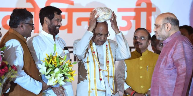 Ram Nath Kovind i mitten. PRAKASH SINGH / AFP