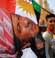 President Massoud Barzani på en flagga i samband med den kurdiska folkomröstningen i Irak.  Hassan Ammar / TT / NTB Scanpix
