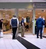 Socialt distanserad inslussning vid Systembolagsbutik i maj. Janerik Henrsson/TT / TT NYHETSBYRÅN