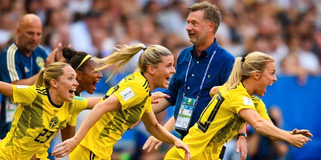 Rubensson, Olivia Schough och Mimmi Larsson jublar framför förbundskapten Peter Gerhardsson. PETTER ARVIDSON / BILDBYRÅN