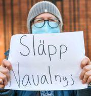 Protester mot att den ryska oppositionsledaren Aleksej Navalnyj fängslats, utanför Rysslands ambassad i Stockholm, 23 januari. Fredrik Sandberg/TT / TT NYHETSBYRÅN