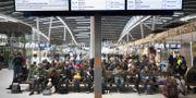 Passagerare väntar på tåg som ställts in på centralstationen i Utrecht i Nederländerna.  JEROEN JUMELET / ANP