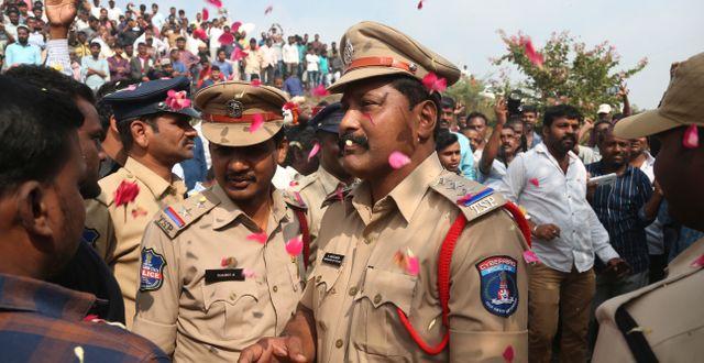 Polisen hyllas efter att att de fyra männen skjutits ihjäl.  Mahesh Kumar A / TT NYHETSBYRÅN