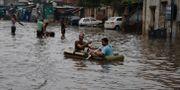 Indier i Ahmadabad efter ett kraftigt regn den 10 augusti Ajit Solanki / TT NYHETSBYRÅN/ NTB Scanpix