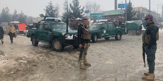Afghansk polis anländer till platsen i Kabul där explosionen inträffade. Rahmat Gul / TT NYHETSBYRÅN