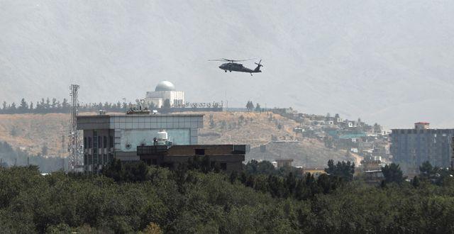 En helikopter över Kabul i samband med evakueringen av USA:s ambassad. Rahmat Gul / TT NYHETSBYRÅN