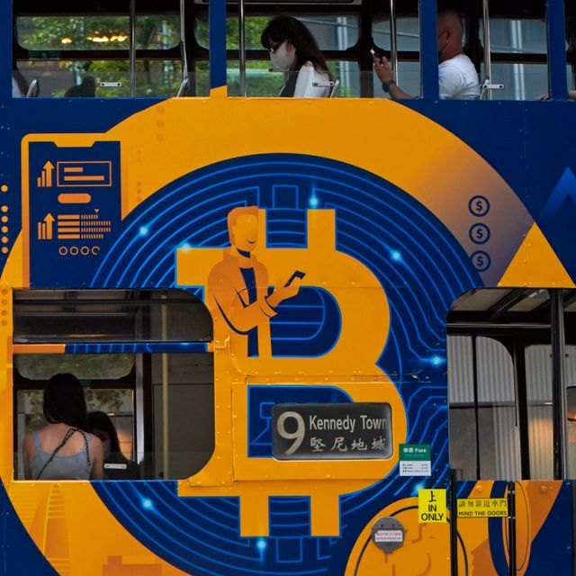 An advertisement of Bitcoin, one of the cryptocurrencies, is displayed on a tram in Hong Kong, Wednesday, May 12, 2021.  Kin Cheung / TT NYHETSBYRÅN
