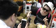 Kinesisk turist köper durian från en försäljare i Malasyia.  TT
