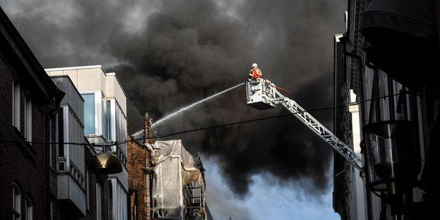 Branden i byggnaden. Jonas Ekströmer/TT / TT NYHETSBYRÅN