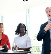 Liberalernas nyvalda partiledare Nyamko Sabuni (L), Juno Blom, ny partisekreterare (t.v.) och Johan Pehrson, nyvald ledare för riksdagsgruppen.  Erik Simander/TT / TT NYHETSBYRÅN