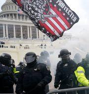 Barrikader utanför Capitol Hill på onsdagen. Julio Cortez / TT NYHETSBYRÅN