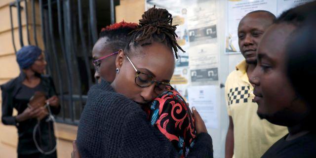 Hbtq-aktivister tröstar varandra efter beslutet. BAZ RATNER / TT NYHETSBYRÅN