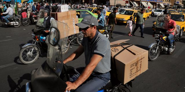 Motorcykeltaxis vid Teherans äldsta marknad. Ebrahim Noroozi / TT NYHETSBYRÅN