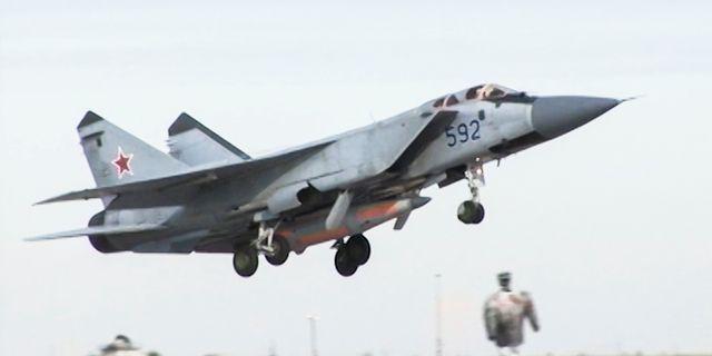 Bild på en MiG-31 som bär de nya robotarna. TT NYHETSBYRÅN