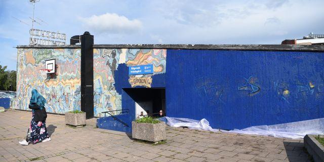 """Den 30 år gamla muralmålningen """"Highway"""" i Rågsved i södra Stockholm, har delvis målats över. """"Highway"""" målades av gruppen Still Heavens Only Force (SHOF) 1989, och uppges vara en av världens äldsta graffitimålningar. Henrik Montgomery/TT / TT NYHETSBYRÅN"""