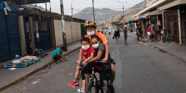 Cyklist i ansiktsmask i Lima.  Rodrigo Abd / TT NYHETSBYRÅN