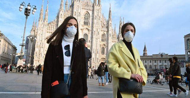 Italienskor i mask på Piazza del Duomo i Milano. ANDREAS SOLARO / TT NYHETSBYRÅN