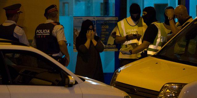 Polisen söker av en lokal i Ripoll. Staden är hemvist flera av de misstänkta inblandade i de spanska dåden. Francisco Seco / TT NYHETSBYRÅN