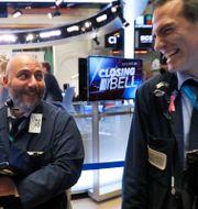 Illustrationsbild: Glada investerare. Richard Drew / TT NYHETSBYRÅN