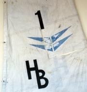 Kläder och segel som hittades i mannens övergivna segelbåt. Politie Noord-Holland
