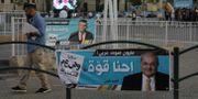 Bild på valaffischer i Sakhnin i Israel.  AHMAD GHARABLI / AFP