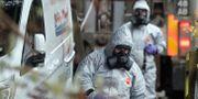 Miltär vid en av de platser som undersöks efter förgiftningen av den ryske ex-spionen Sergej Skripal. Frank Augstein / TT NYHETSBYRÅN