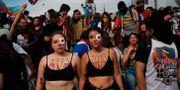 Kvinnor marscherade genom flera chilenska städer för att uppmärksamma de som dött eller skadats i protesterna.  Rodrigo Abd / TT NYHETSBYRÅN