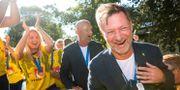 Peter Gerhardsson firar VM-bronset tillsammans med spelarna i landslaget. MICHAEL ERICHSEN / BILDBYRÅN