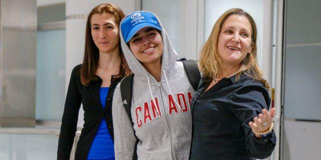 Rahaf Mohammed al-Qunun och Chrystia Freeland på flygplatsen. Carlos Osorio / TT NYHETSBYRÅN
