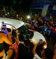 Sörjande fans omringar Maradonas likvagn Marcos Brindicci / TT NYHETSBYRÅN