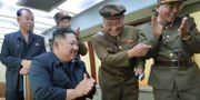Bild från KCNA som ska visa Kim Jong-Un när han firar efter fredagens uppskjutning KCNA VIA KNS / KCNA VIA KNS