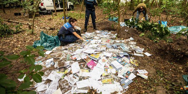 Polisen gräver upp posten.  CASPAR HUURDEMAN / ANP