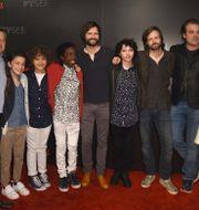 Skaparna Matt och Ross Duffer tillsammans med skådespelare i serien.  Jordan Strauss / TT NYHETSBYRÅN