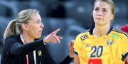 Arkivbild. Sveriges förra tränare Helle Thomsen instruerar Isabelle Gulldén.  ALEKSANDAR DJOROVIC / TT / TT NYHETSBYRÅN