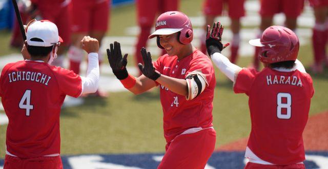 Japans Minori Naito firar med lagkamraterna efter segern.  Jae C. Hong / TT NYHETSBYRÅN